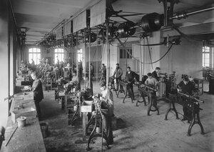 Один из цехов фабрики  Л.М.Эриксон и К°, изготавливающий детали для телефонной аппаратуры.