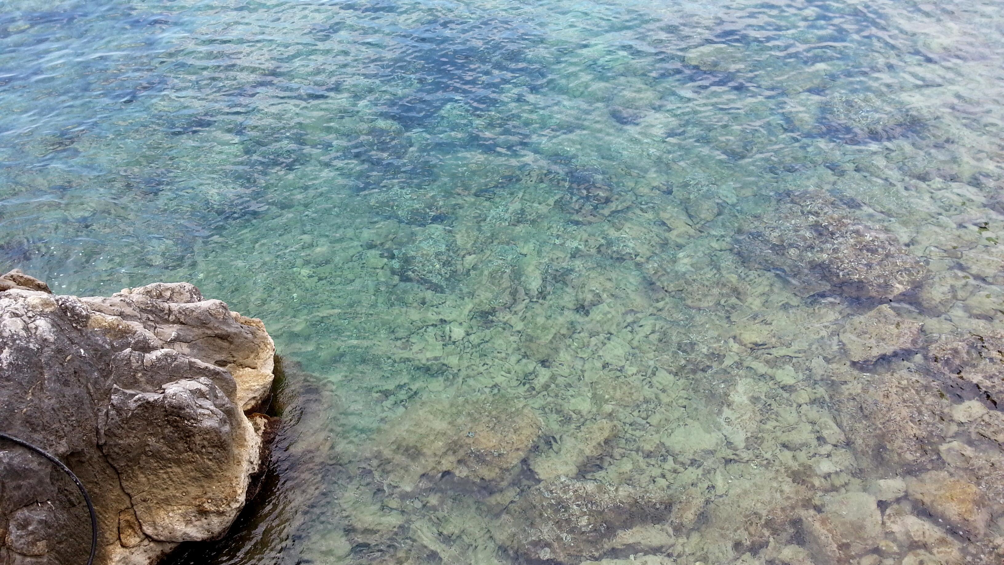 Вода в Адриатическом море. Глубина метра два вверху снимка.