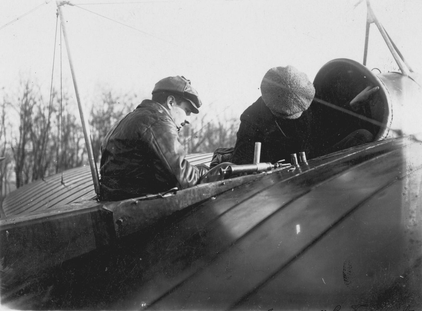 Русские летчик Агафонов и механик Савельев в кабине моноплана REP в Banjici, Сербия, Первая балканская война, 1912-1913 г.г..jpg