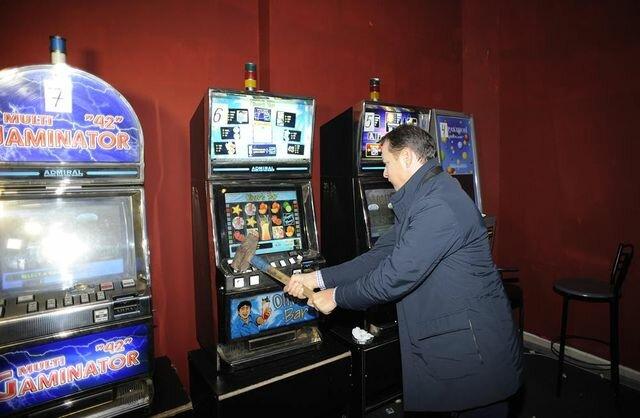 Ляшко кувалдой разгромил игровой клуб в центре Чернигова