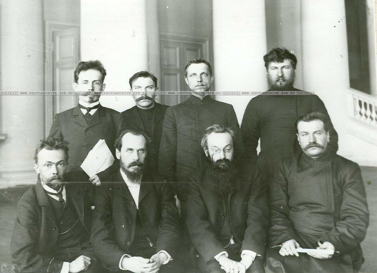Группа членов 3-й комиссии третьего отдела по проверке полномочий депутатов Второй Государственной думы в Колонном зале Таврического дворца