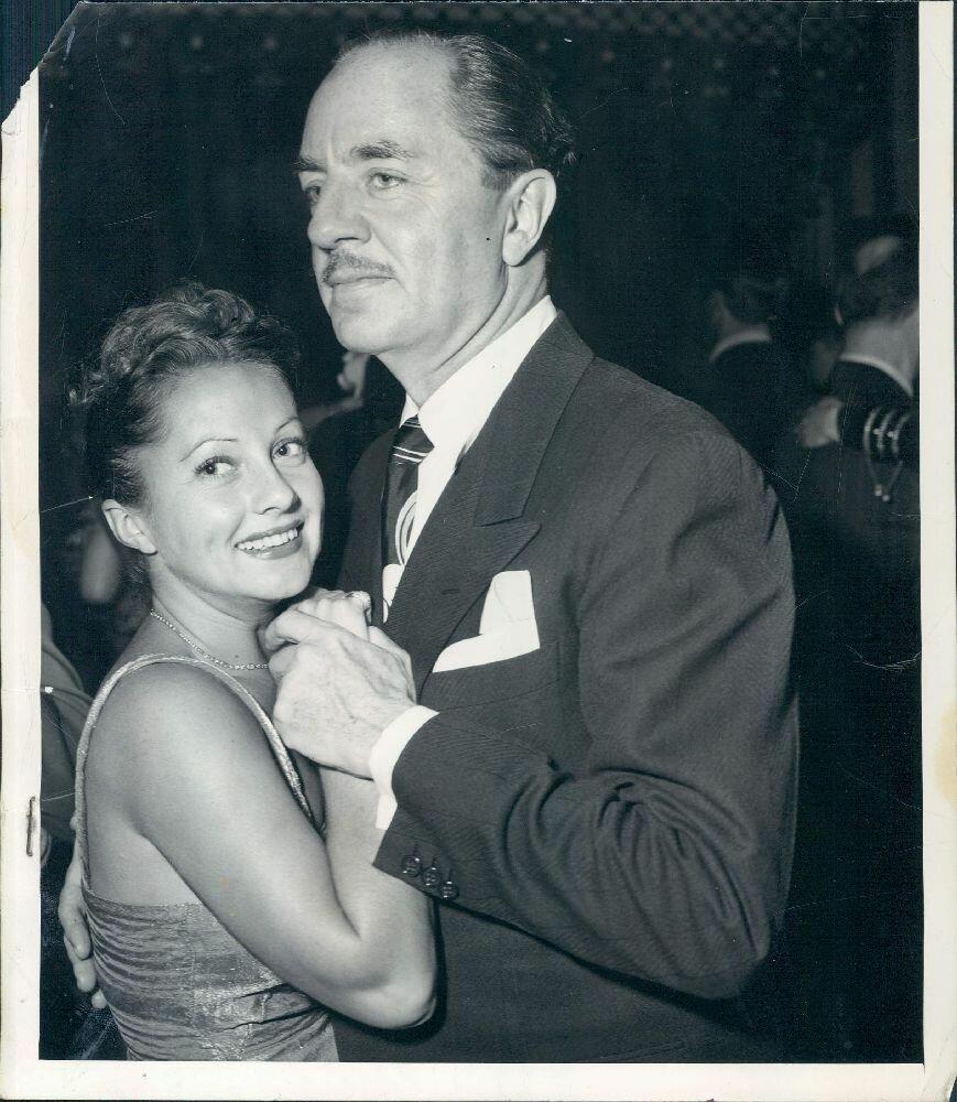 1947. Актер Уильям Пауэлл танцует со своей третьей женой Дианой Льюис в Клуб Мокамбо
