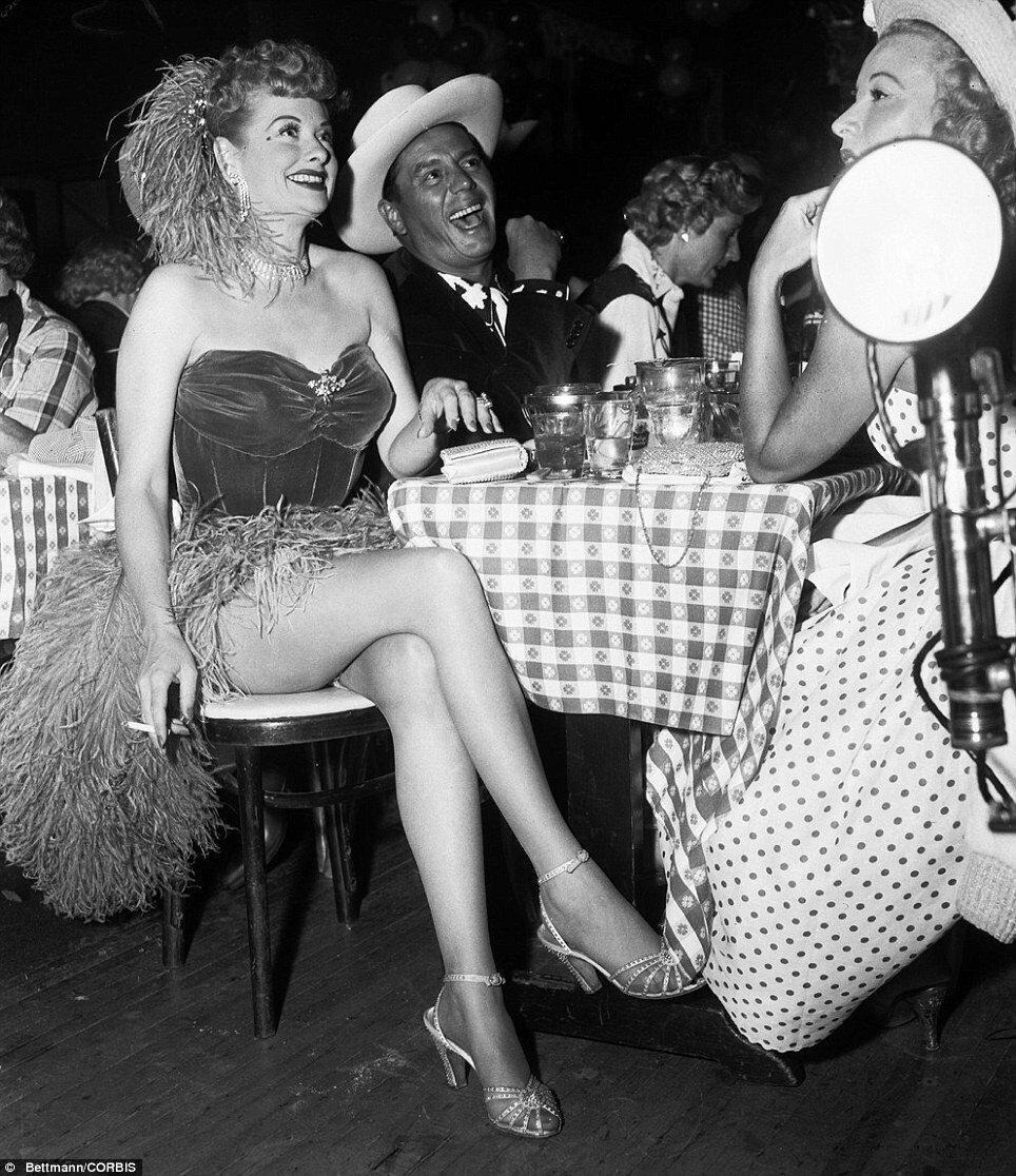 1956. Май. Люсиль Болл и ее муж Дези Арназ в клубе на вечеринке для сбора средств в пользу нуждающихся.