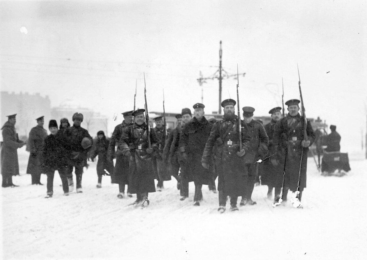 05. Пленные немцы с подбитого в районе Либавы Цеппелина идут под конвоем матросов Балтийского флотского экипажа через Троицкий мост