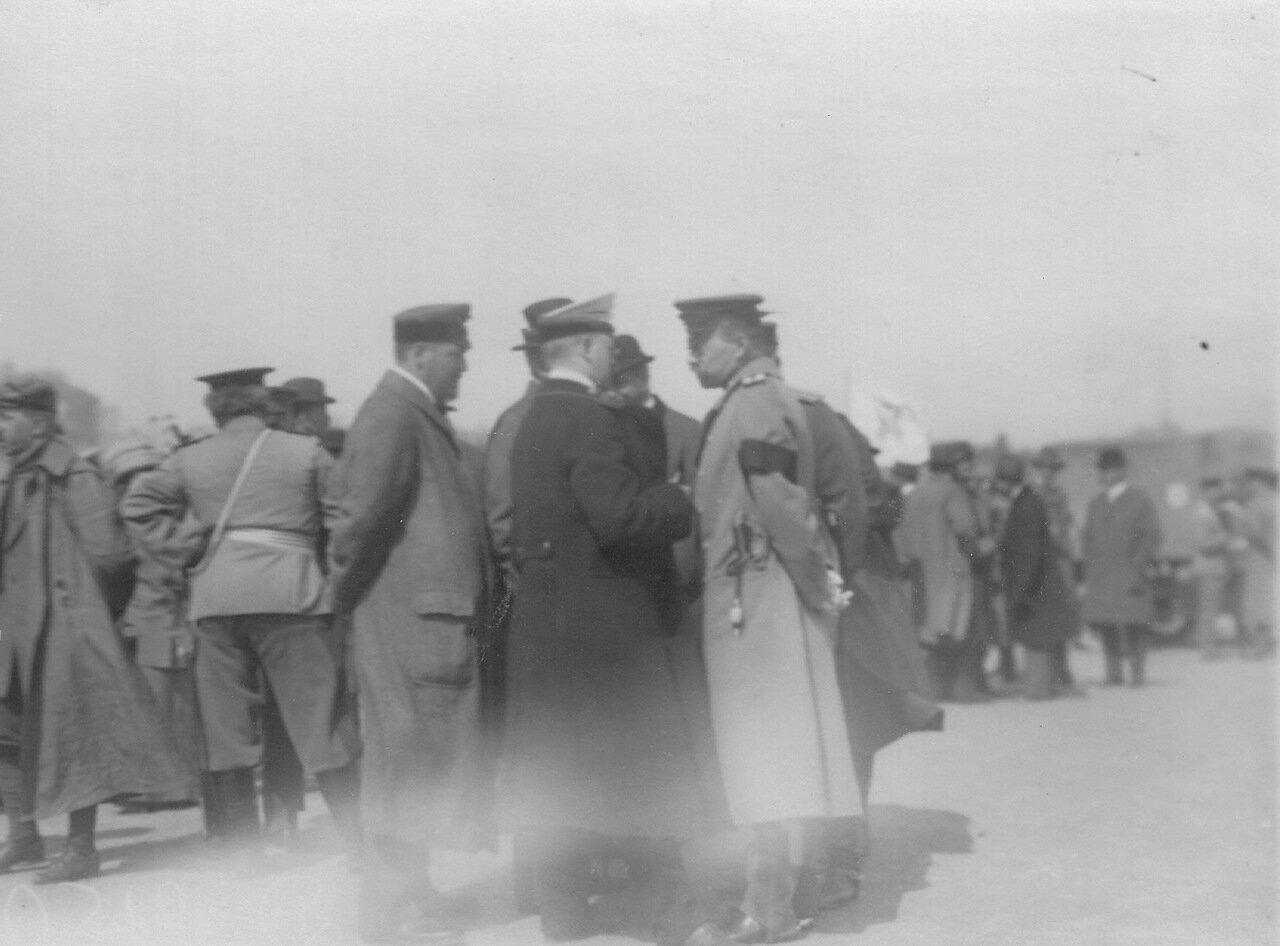Группа членов Императорского автомобильного общества на старте