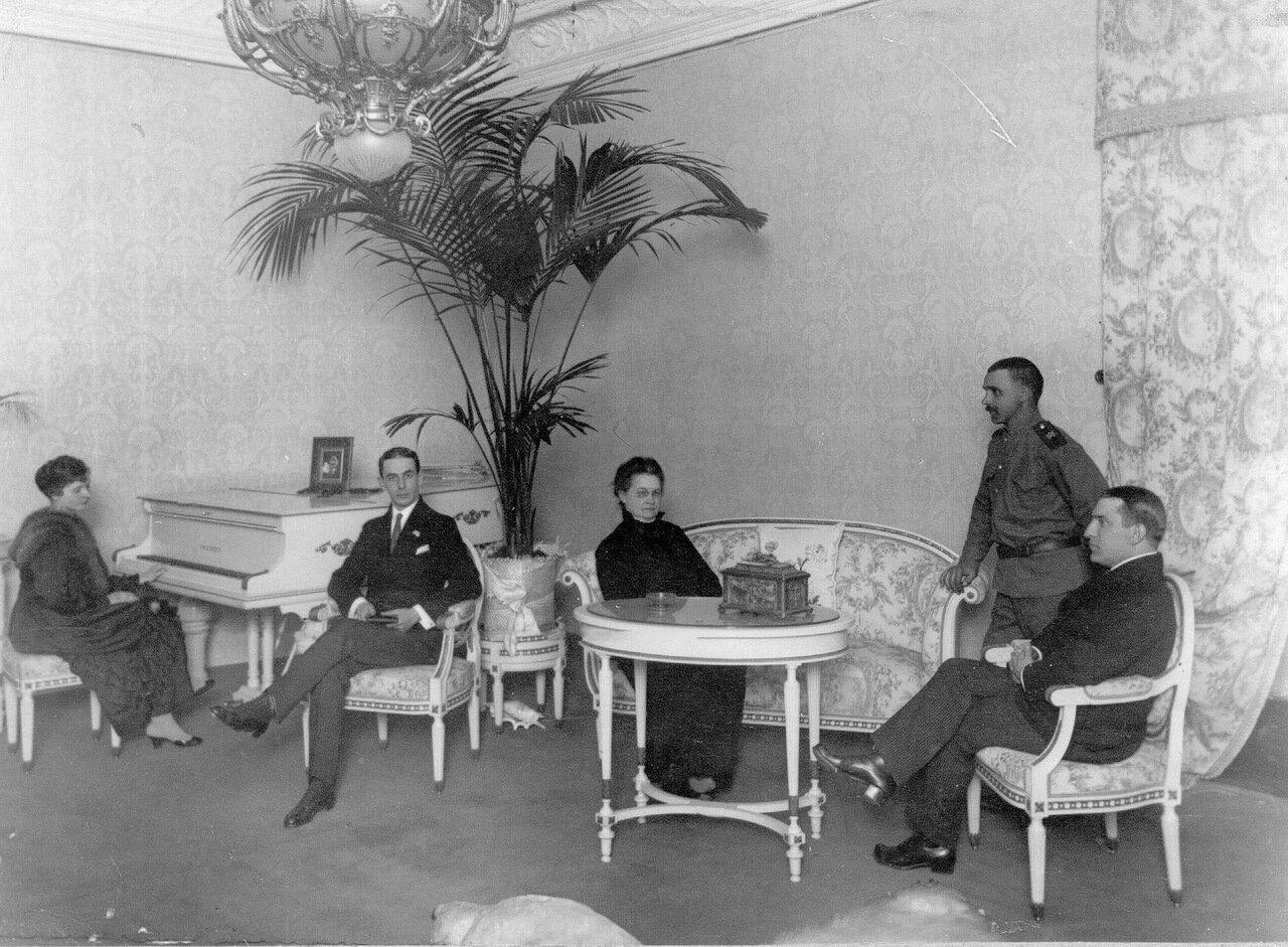 Группа гостей в гостиной Александра Ильича Пантелеева