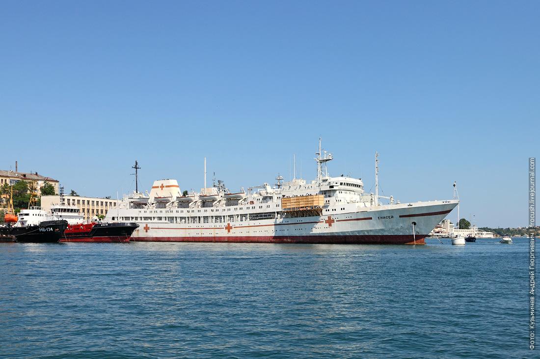 плавучий госпиталь Енисей в Южной бухте Севастополя
