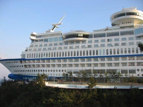 Тематический отель - круизный лайнер в скале