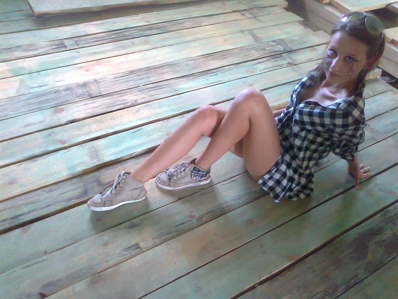 Девчонка в серой клетчатой рубашке