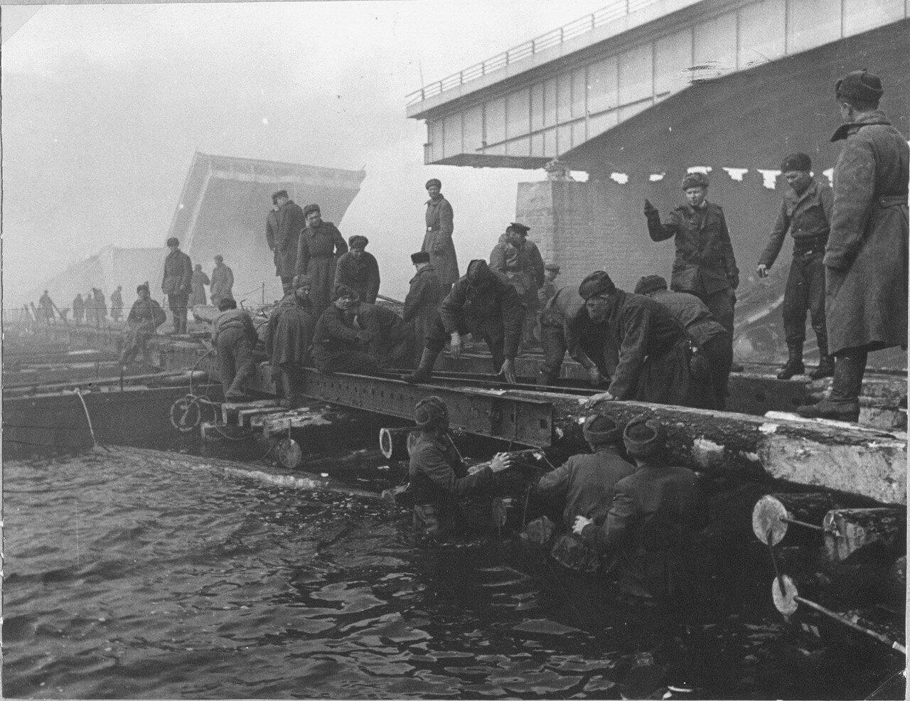 Советские саперы наводят понтонную переправу через реку Одер [1]. Германия. 1945