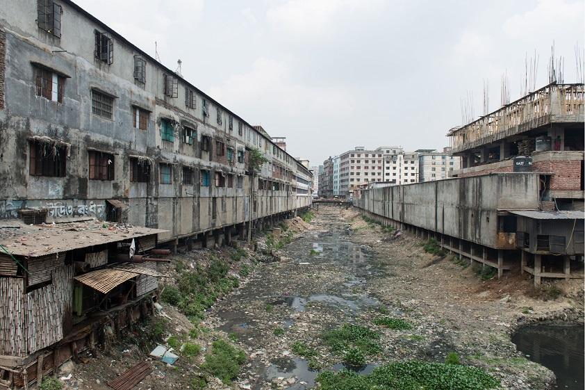 Район неофициальных фабрик в Дакке.