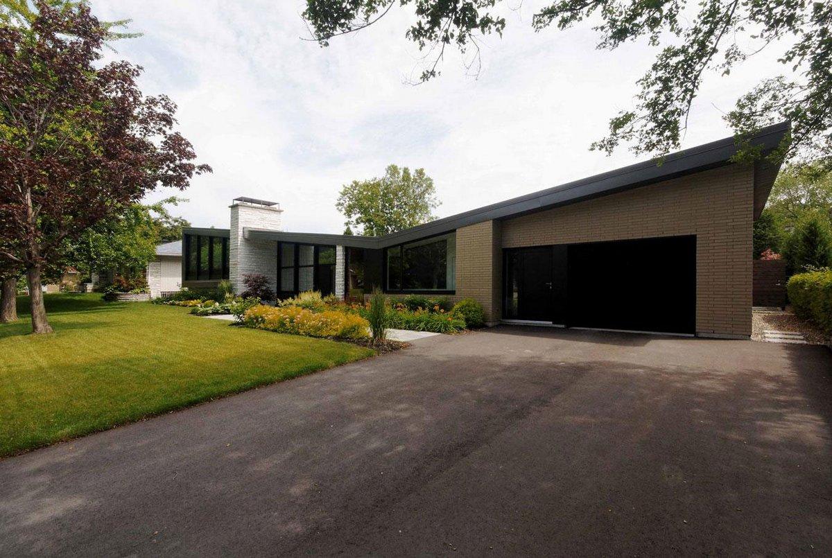 дома Канады, частные дома в Квебеке, дом в Сен-Ламбер, современный дизайн интерьера, винная полка в доме, особняки в Канаде, яркая мебель в интерьере