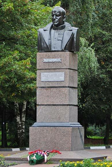 Памятник Жукову под лаком