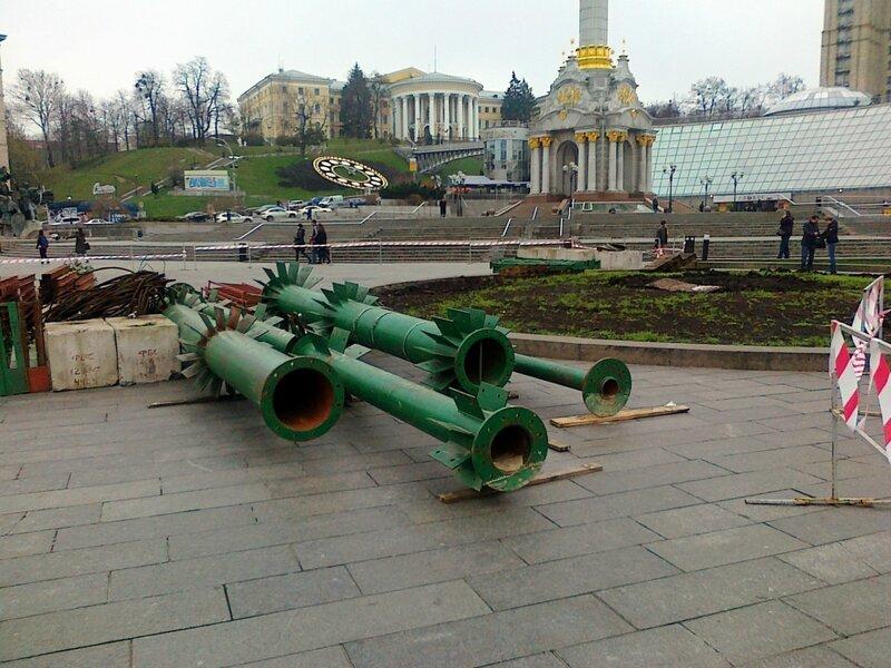 Подготовка к монтажу главной елки Киева 2014