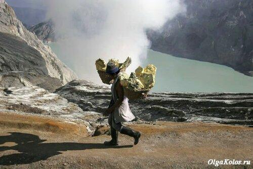 Добыча серы на вулкане Иджен
