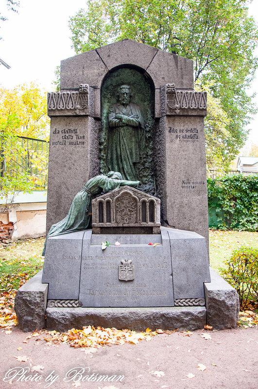 Памятник с крестом на просвет Оса Мраморный крестик Кутузовская