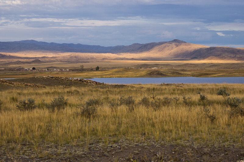 поселок Жылытау и соленое озеро Айнаколь