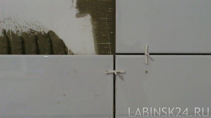 Вставляем крестики и выравниваем плитку фартука
