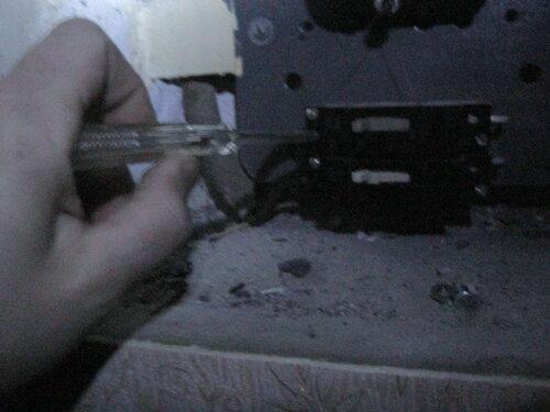Фото 2. Проверка, выполненная с помощью индикаторной отвёртки, показала, что напряжение на вводе в квартиру отсутствует.