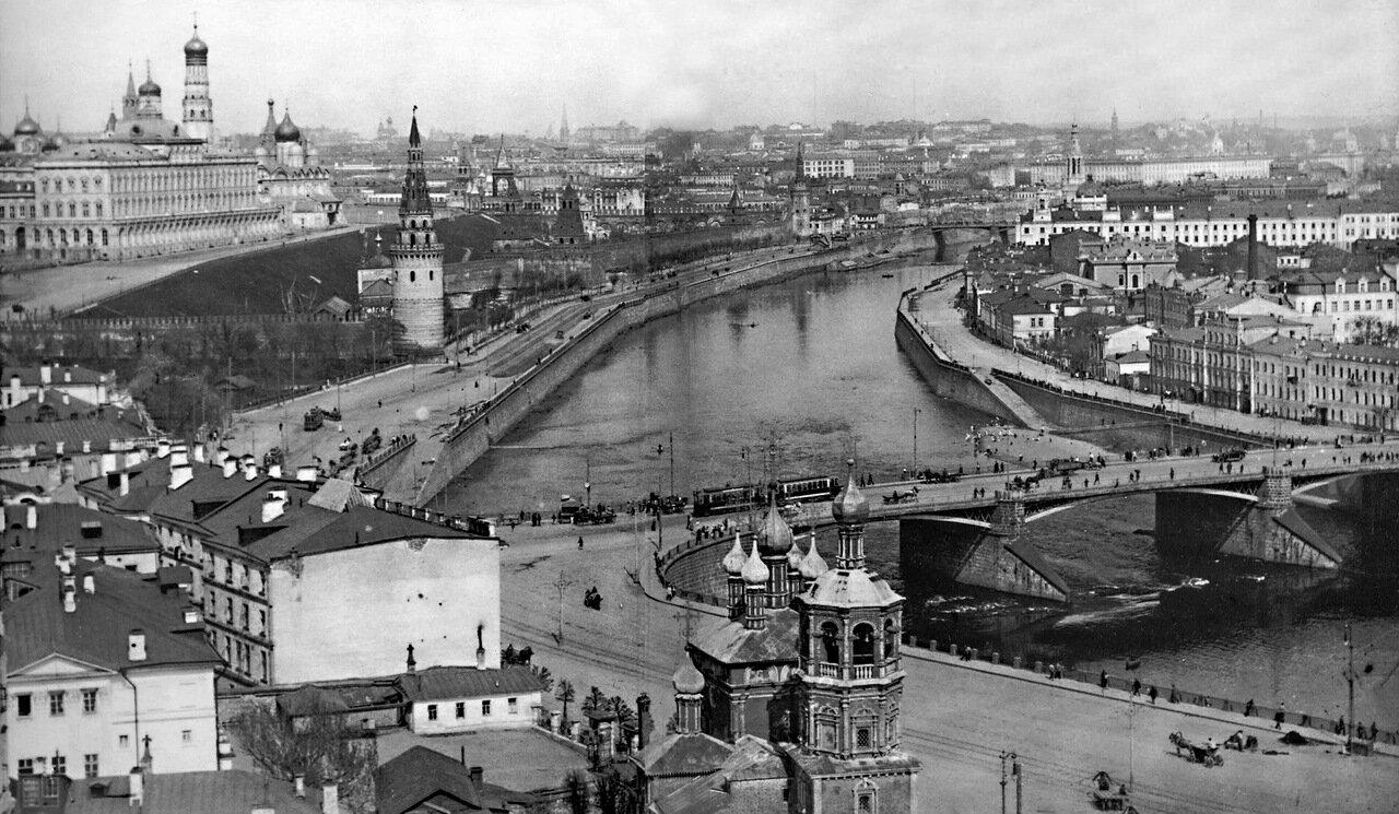 Вид на Кремль и Большой Каменный мост с верхней смотровой площадки ХХС.
