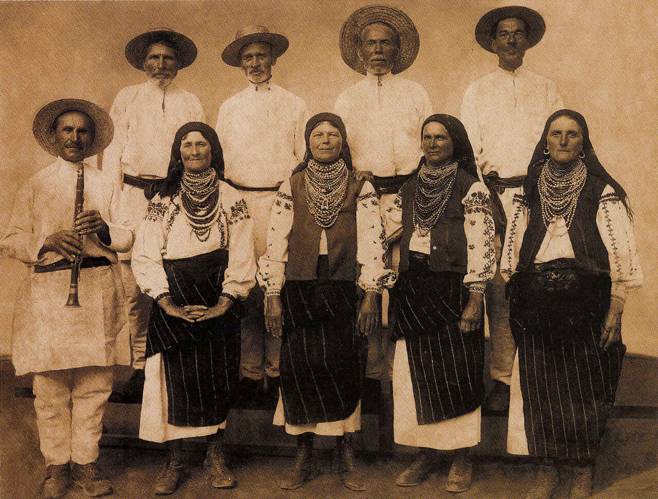 1930. Артисты-любители среди женщин. Село Бакота. Подолье
