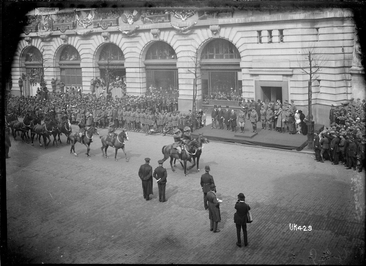 Австралийская кавалерия приближается к главным трибунам