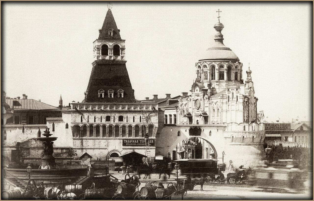 Водоразборный фонтан на Лубянской площади. Вид на Никольские (Владимирские) ворота Китай-города. Фото 1880-х годов