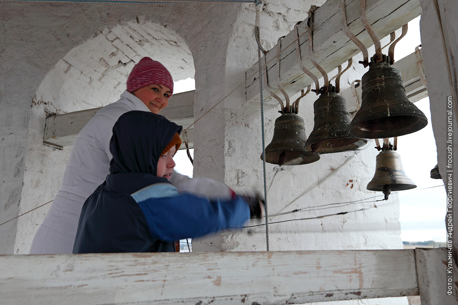 Артем звонит в колокола под руководством опытного звонаря Троицкого собора