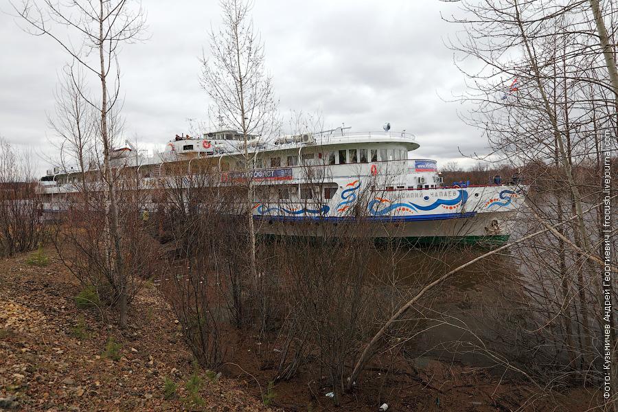 6 мая 2013 года 14:51. Река Вятка, поселок Медведок. Теплоход «Василий Чапаев»