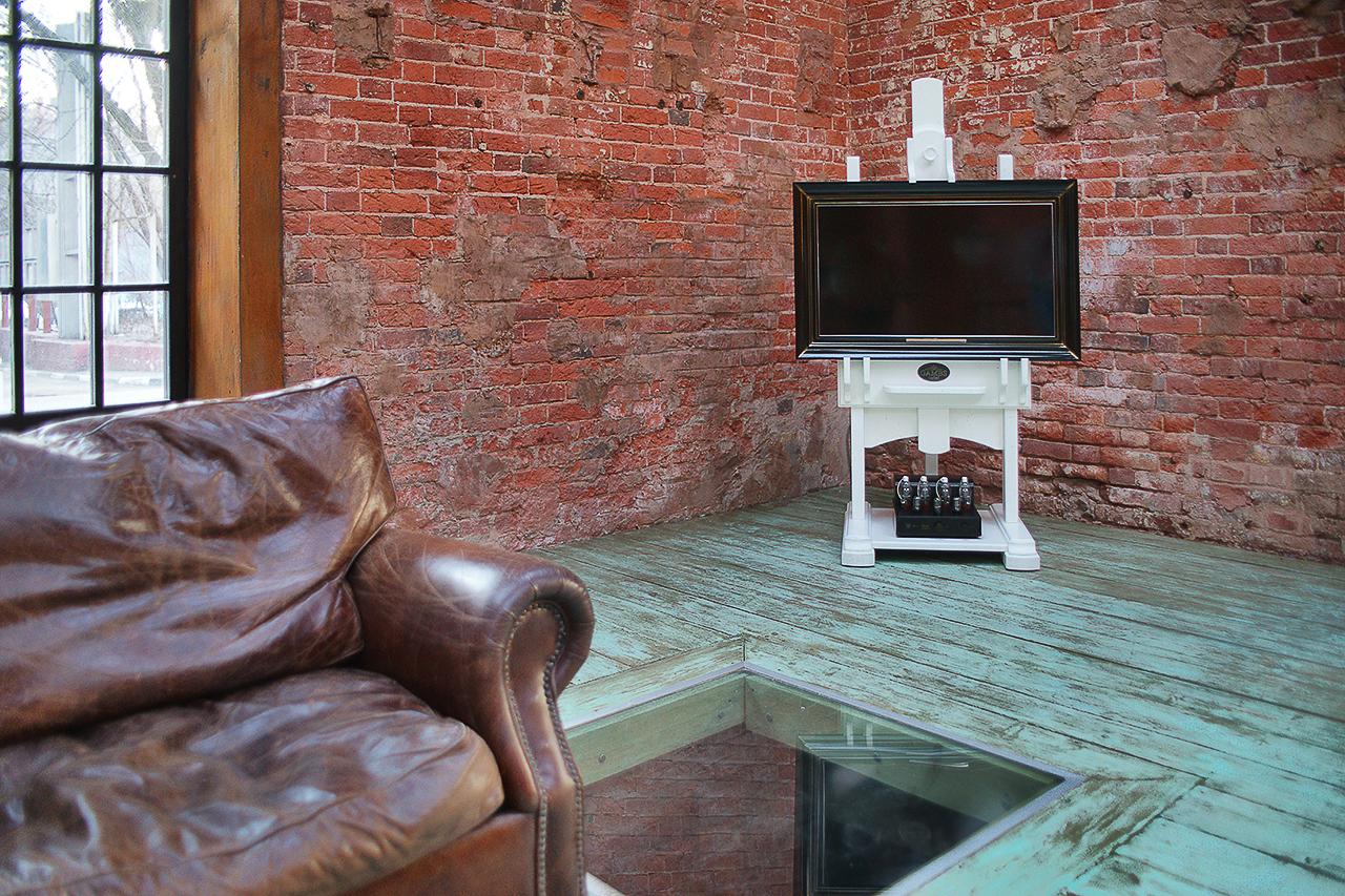 фотографирование мебели в интерьере: телевизор и мольберт