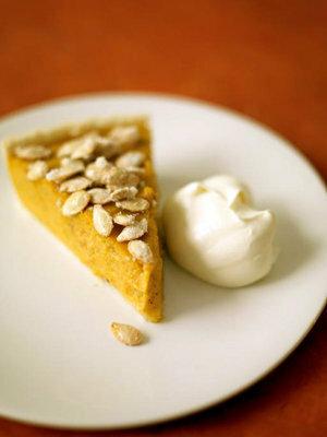 Пирог с тыквой подать с мороженым или сливками