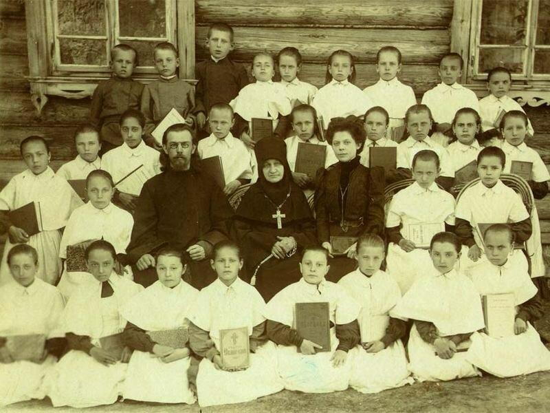 Учащиеся и преподаватели церковно-приходской школы
