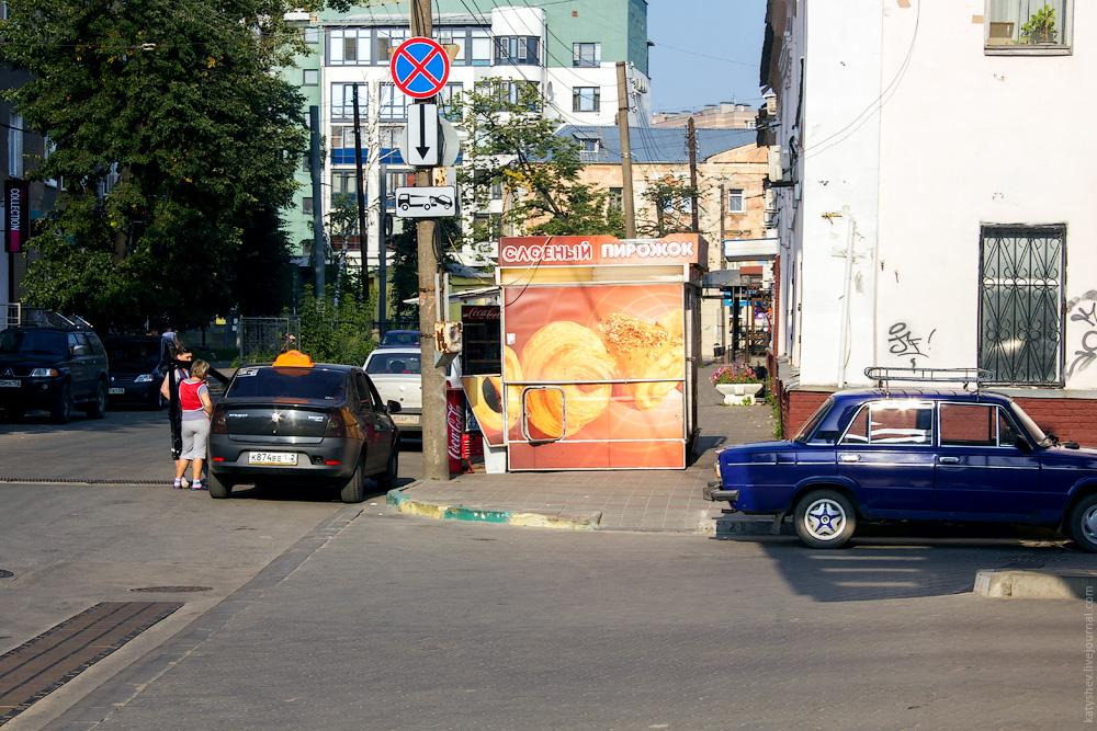 Киоск на тротуаре в Чернопрудском переулке