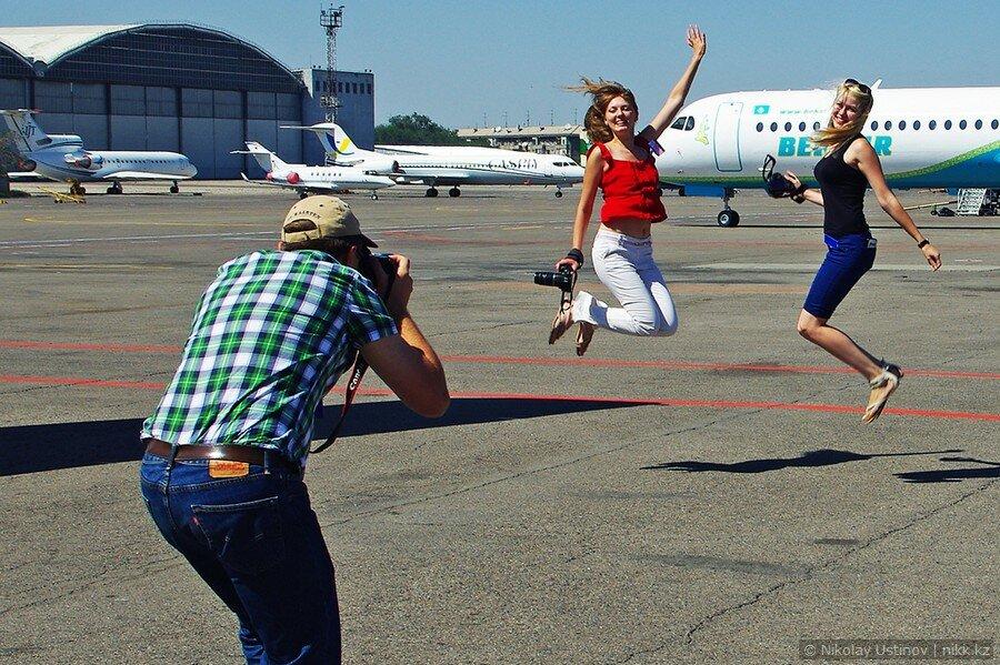 Фото девушек на фоне самолета