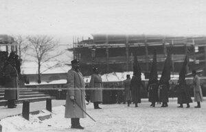 Вынос знамени во время парада  полка у строящегося здания Царскосельского вокзала.