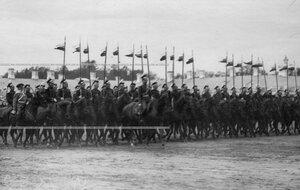 Эскадрон улан во время церемониального марша на параде полка.