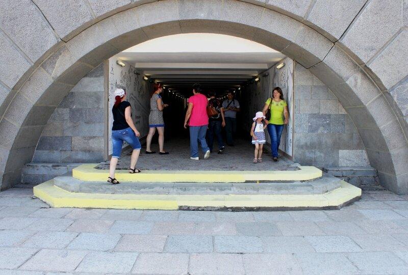 Вход в подземный переход под Набережным шоссе
