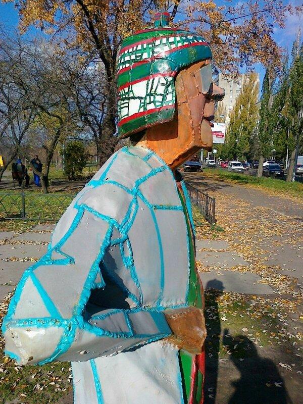 Бабка с кравчучкой на Русановской набережной