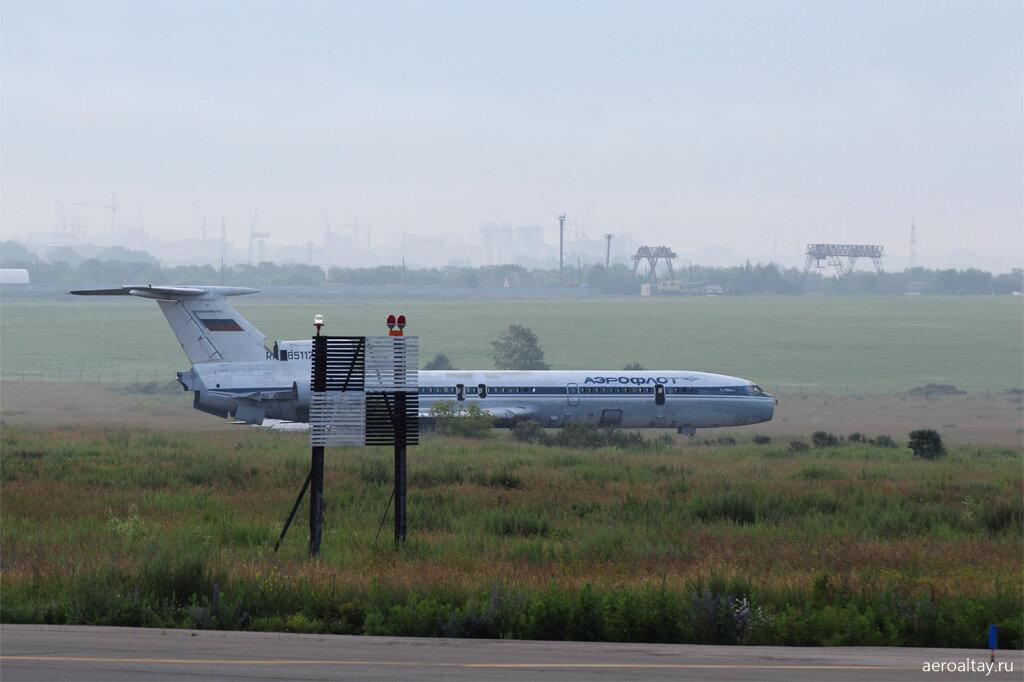 Старый Ту-154 в аэропорту Барнаула