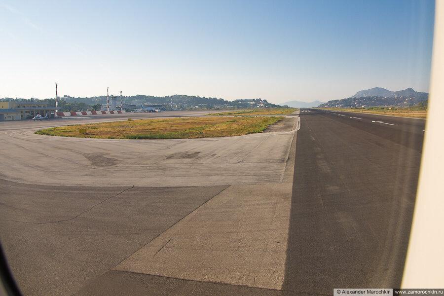 Самолёт выруливает на взлётно-посадочную полосу, вид из иллюминатора