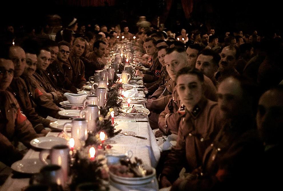 Офицеры и кадеты из армии Гитлера празднуют Рождество, 1941 год.