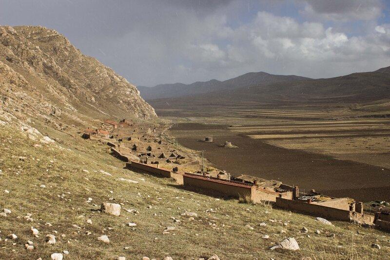 горы во внутренней монголии, китай, весна
