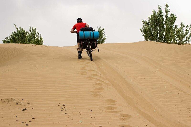 таскание велосипеда по песку в пустыне Кубучи (пески Кузупчи, Kubuqi desert)