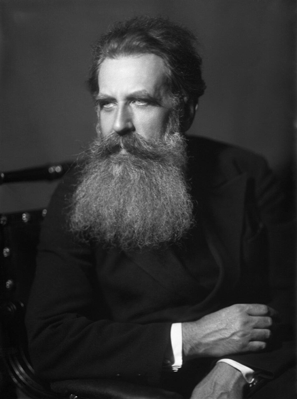 Шмидт Отто Юльевич (18 (30) сентября 1891, Могилёв — 7 сентября 1956, Москва) — советский математик, географ, геофизик, астроном. Исследователь Памира (1928), исследователь Севера.Профессор (1924). Академик АН СССР (01.06.1935, член-корреспондент с 01.02.