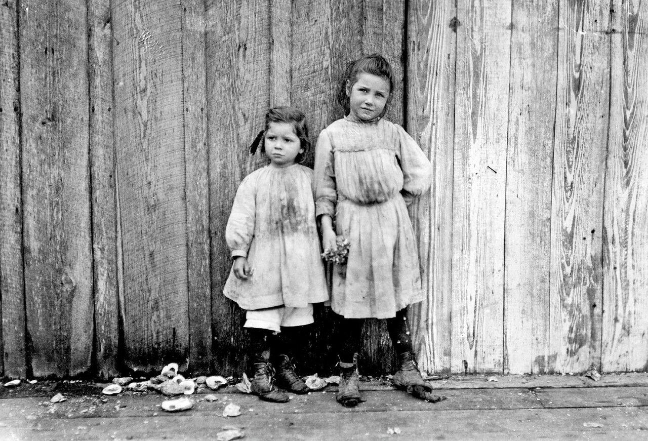 Мод Дэйли, пять лет. Грейс Дейли, три года. Продают креветки в Сент-Луисе, штат Миссисипи, 1911