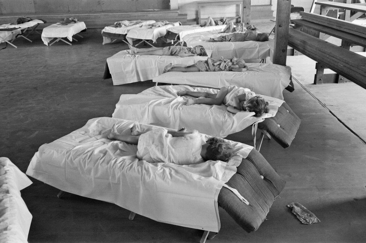 Дети, спящие в детском саду лагеря сезонных рабочих, Аризона, 1940