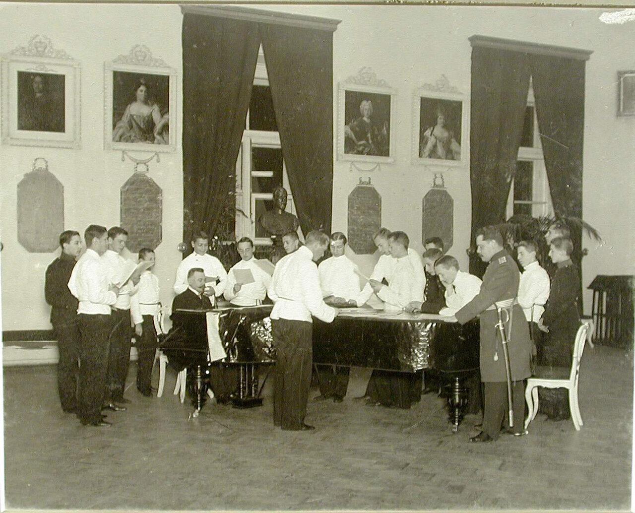 04. Группа воспитанников во время урока пения в зале