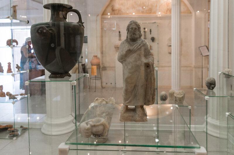 Экспозиция античной скульптуры в археологическом музее в Анапе