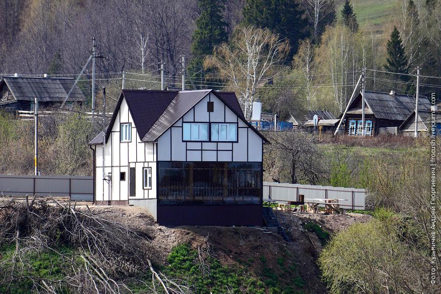 дом с прозрачной стеной на берегу реки Вятка