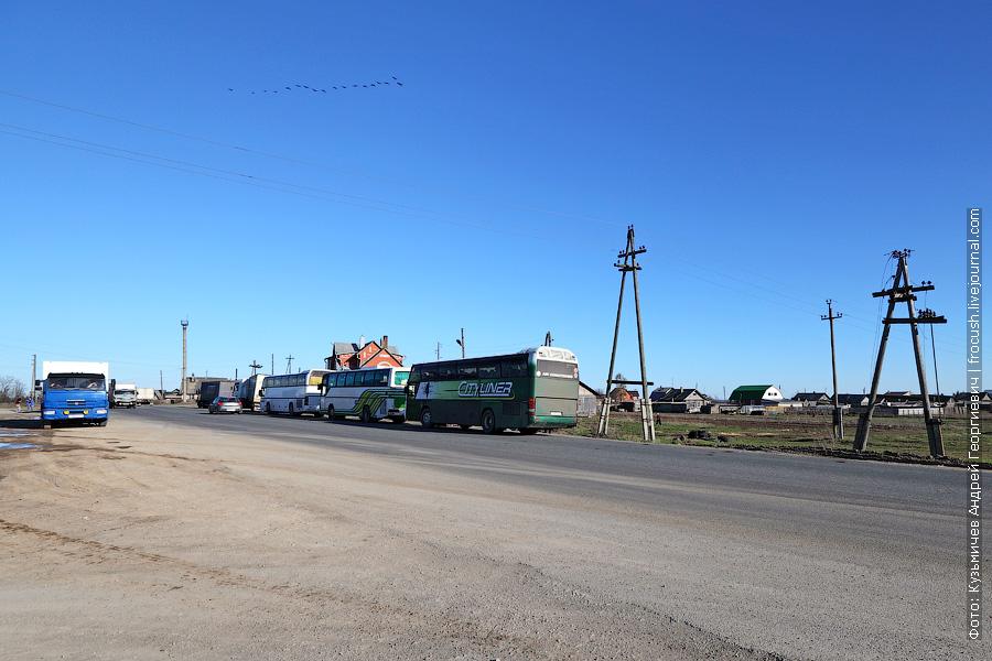 туристический автобусы на санитарной остановке в деревне Наймушины Котельничского района Кировской области